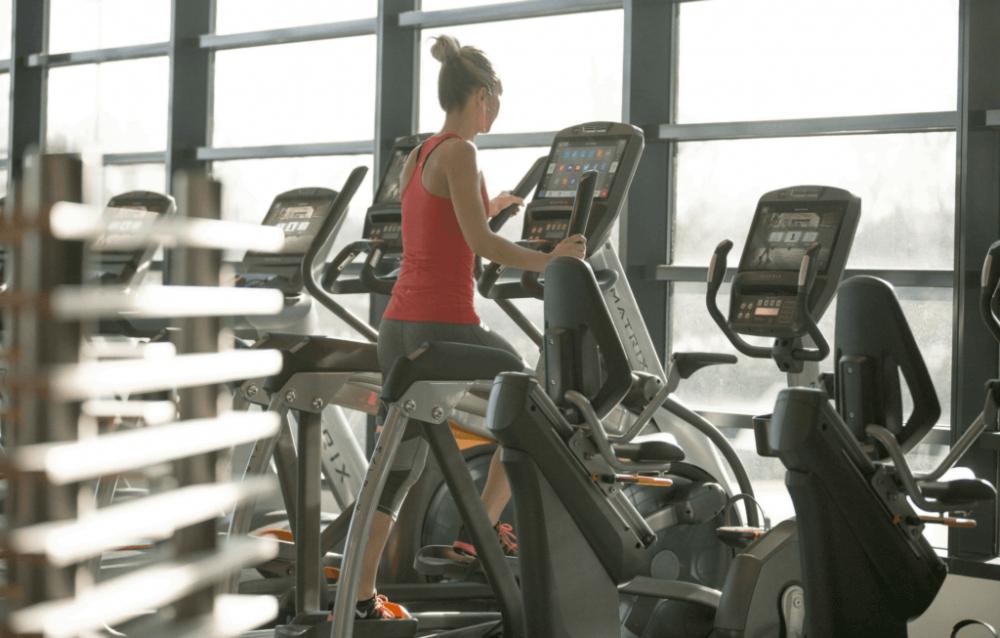 Při osteoporóze je ideální cvičit snízkým odporem. Třeba naeliptickém trenažéru MATRIX.