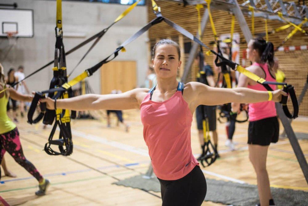 Při lekcích TRX® účastníci posilovali svahou vlastního těla.