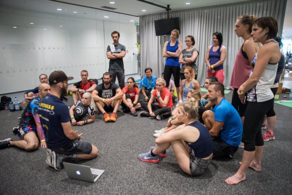Trenér Filip Raptopulos z3D FITNESS Academy vysvětluje správnou techniku.