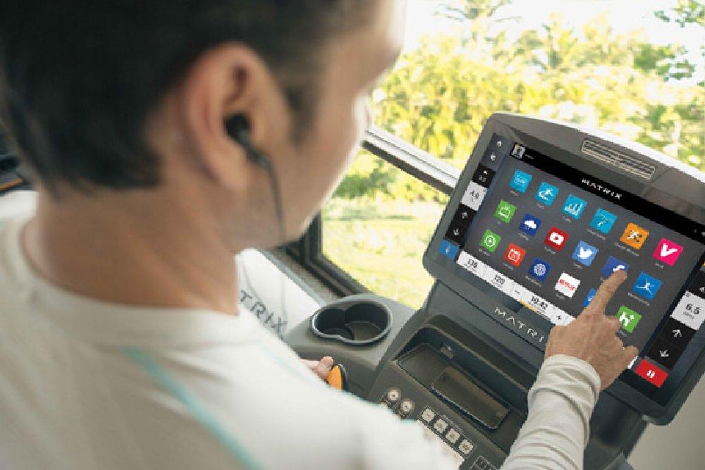 Cardio stroje MATRIX umožňují přístup kvlastním fitness datům, účtům nasociálních médiích ioblíbeným aplikacím.
