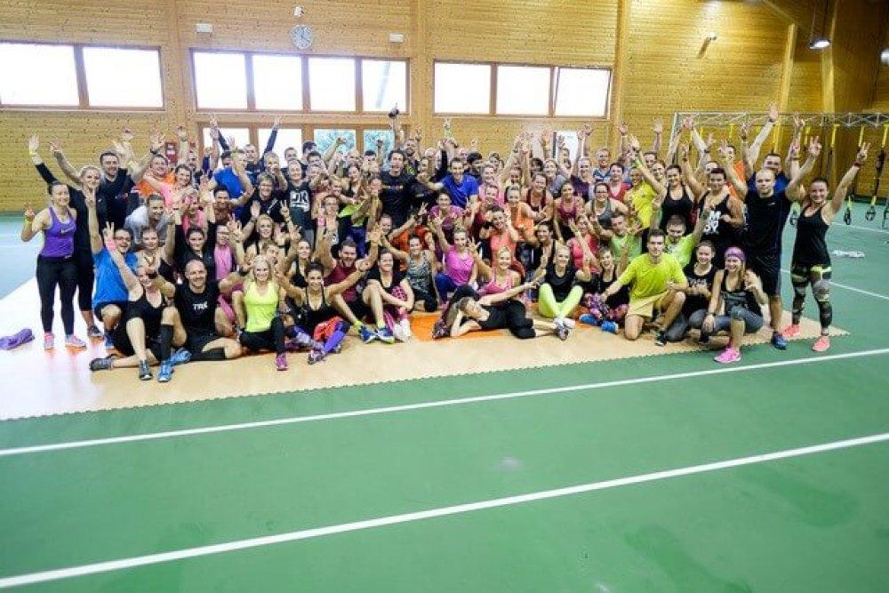 """Společná fotografie skvělé """"fitness party"""", která se sešla naKongresu vroce 2015."""